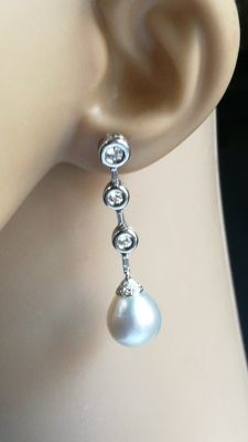 Exclusive 18 kt white gold earrings with natural pearls and diamonds. IGE certificate