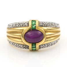 Yellow gold 18 kt - Cocktail ring - Brilliant cut Diamonds - Carre cut Emeralds - Oval cabochon Ruby - Size 16 (SP)