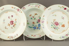 Famille rose plates with a floral décor - China - 18th century