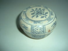 A Chinese blue and white porcelain medicine box with flower and geometric motifs - 70 mm x 46mm