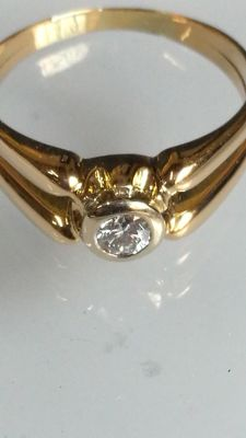 Unisex solitaire ring with one diamond (SI1, colour G) of very good cut weighing 0.34 ct, and 18 kt yellow gold. IGE certificate