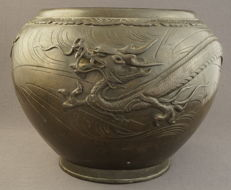 Very large bronze cachepot with a dragon décor - Japan - 19th century, Meiji period (1868–1915)