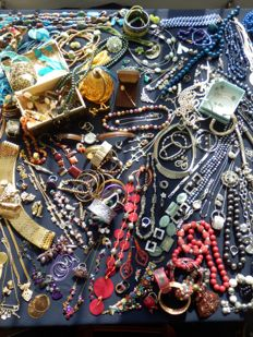 Large collection of decorative jewellery - over 190 pieces