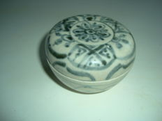 A Chinese blue and white porcelain medicine box with flower motifs - 74,1 mm x 49mm