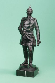 Beautiful statue. Emperor Wilhelm II in uniform. (with pickelhaube). With binoculars in hand. Metal / zamak on marble base. Around 35 cm high.