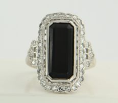 14 kt white gold ring set with an onyx and 43 single cut diamonds, approx. 0.58 carat in total, ring size 17.25 (54)