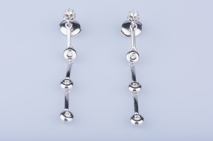 Earrings, 18 kt white gold, 2 diamonds approx. 0.10 ct total, 6 diamonds approx. 0.06 ct in total