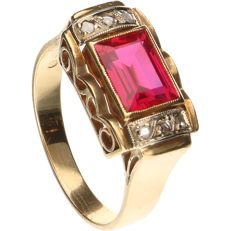 18 kt Yellow gold ring set with a baguette cut synthetic ruby and 6 rose cut diamonds in a white gold setting - Ring size: 17.5 mm