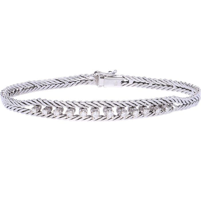 18 kt - White gold foxtail link bracelet set with 13 brilliant cut diamonds, approx. 0.44 ct in total, in a prong setting. The bracelet is fitted with a box clasp with a figure-eight safety catch - Length: 19.4 cm