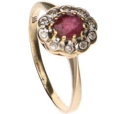 14 kt Yellow gold ring set with ruby and 10 octagon cut diamonds of approx. 0.01 ct per piece - Ring size: 15.75 mm