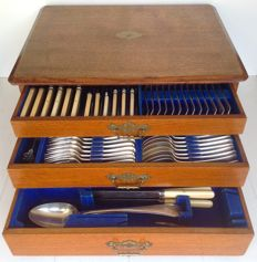 John Round & Son, Sheffield - Antiquarian 12 person 134-pieced cutlery cassette - silver plate