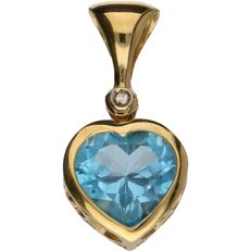 18 kt – Yellow gold pendant in the shape of a heart, set with 1 brilliant cut diamond of approx. 0.01 ct in total – Length x width: 2.8 x 1.4 cm