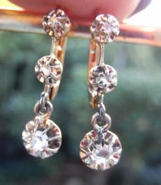 Superb dangle earrings in 18 kt gold, with 3 diamonds each.