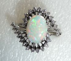 Solid 18 kt / 750 white gold ring with 2 ct Australian solid opal + 0.52 ct of diamonds **no reserve**