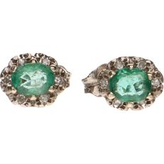14 kt white-gold earrings, each set with six octagon-cut diamonds of approx. 0.005 ct each and emerald - earring diameter: 7.8 mm