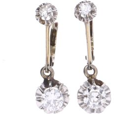 18 kt - Yellow gold earrings each set with 2 brilliant cut diamonds with a total of approx. 0.4 ct per earring set in a white gold claw setting - length: 24 mm x width: 7 mm