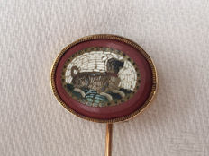 14 kt gold tie pin with pietra dura/micro-mosaic depiction of a dog lying down, 2nd half 19th century