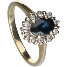 14 kt - Yellow gold solitaire ring set with sapphire and ten brilliant cut diamonds, approx. 0.1 ct in total - Ring size: 13.5 mm