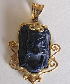 Pendant with lapis lazuli mounted in 18 kt yellow gold -- 5.5  grams -- unique item -- dimensions: 22 × 29 mm