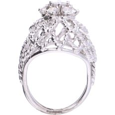 18 kt - White gold openwork rosette ring set with 7 brilliant cut diamonds, approx. 0.75 ct in total - Ring size: 15.25 mm