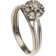 18 kt - White gold rosette ring set with octagonal and brilliant cut diamonds of approx. 0.29 ct in total - Ring size: 19.25 mm