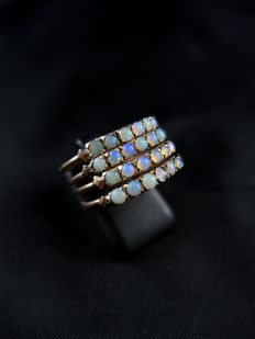 Antique harem ring, set with opals.