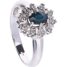 14 kt - White gold rosette ring set with an oval cut sapphire and 10 octagon cut diamonds of in total approx. 0.05 ct - Ring size: 16.75 mm