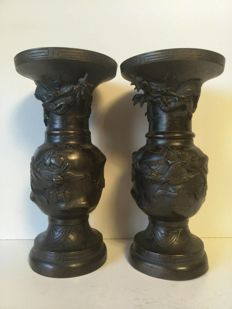 Pair (25 cm high) of beautifully decorative bronze vases - Japan - ca 1875 (Meiji era).