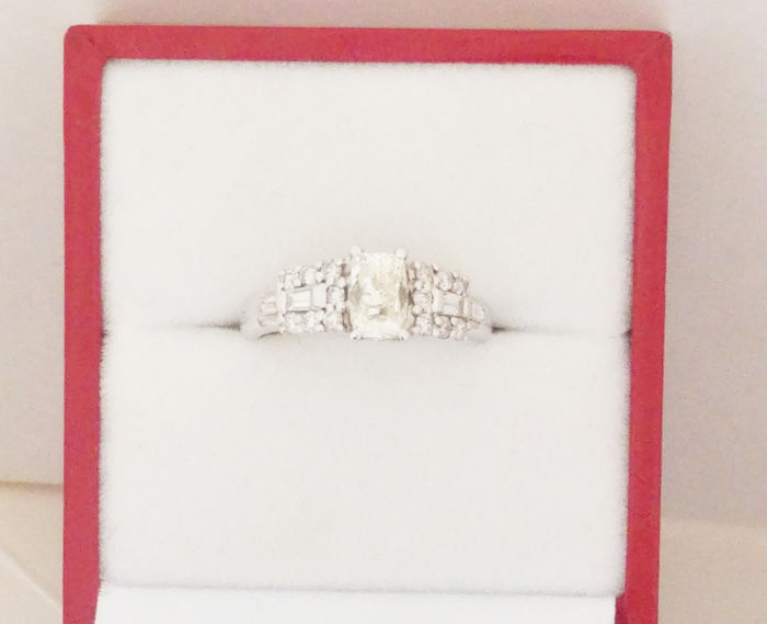 Gold ring with an IGR certified 1.09 ct diamond, 14 brilliants and 4 baguettes, total 3.19 ct, new