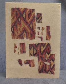 Pre-Columbian, textile fragments of a tunic with ornamental decor - 53.7 cm