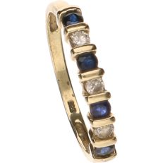 14 kt Yellow gold ring set with sapphire and 3 brilliant cut diamonds of approximately 0.04 ct per piece. - Ring size: 16.25 mm