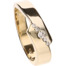 14 kt Yellow gold ring set with 5 brilliant cut diamonds of approx. 0.08 ct in total - Ring size: 17.5 mm