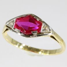 Elegant Art Deco yellow gold engagement ring with a ruby and diamonds - Anno 1920. **No reserve price**
