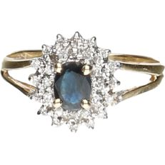 14 kt - Yellow gold ring set with a sapphire and 28 brilliant cut diamonds in a white gold setting of approx. 0.14 ct in total - ring size: 16 mm