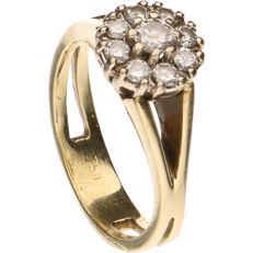 18 kt - Yellow gold, solitaire ring  set with 9 brilliant cut diamonds of in total approx. 0.34 ct in a white gold claw setting - ring size:  15.75 mm