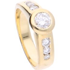 18 kt - Yellow gold shoulder ring set with 7 brilliant cut diamonds of approx. 0.63 ct in total - Ring size: 15.75 mm