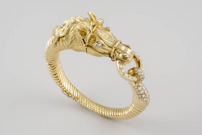Handmade Gold Bracelet with Horse Head, and 52 Brilliant cut diamonds of 1.80 ct - 55 x 45 mm inside