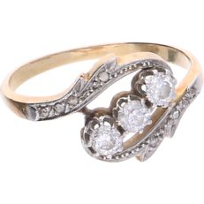 18 kt - Yellow gold ring set with 8 rose cut diamonds and 3 old cut diamonds of approx. 0.34 ct in total, set in an elegant silver setting - Ring size: 17.5 mm