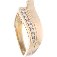 18 kt – Yellow gold channel ring with 8 brilliant cut diamonds of approx. 0.07 ct in total – Ring size: 19 mm.