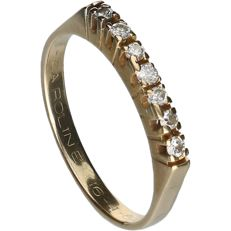 18 kt - Yellow gold ring with seven brilliant cut diamonds, set in a row, approx. 0.07 ct in total - Ring size: 17 mm