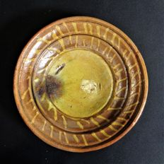 Plate of red pottery with slip decoration - diam. 18 cm
