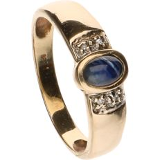 14 kt Yellow gold ring set with cabochon cut sapphire and 4 octagon cut diamonds of approx. 0.005 ct per piece - Ring size: 19.5 mm.