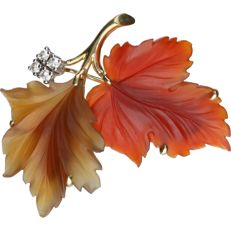 14 kt - Yellow gold brooch in the shape of 2 leaves with carnelian, set with 4 brilliant cut diamonds of approx. 0.2 ct in total - Length x width: 4.5 x 1.3 cm