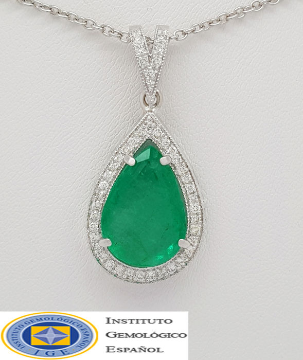 Large 18kt pendant with Emerald (6.59 ct) & diamonds (0.80 ct) - No Reserve Price