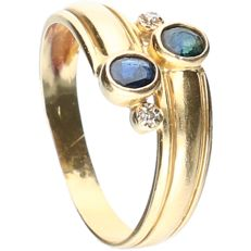 18 kt - Yellow gold ring set with sapphire and two octagon cut diamonds, approx. 0.02 ct in total - Ring size: 18 mm