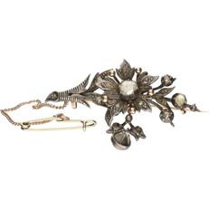 14 kt - Yellow gold brooch set with rose cut diamonds in a silver setting - length: 4.5 cm