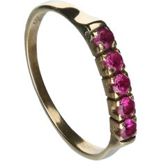14 kt - Yellow gold ring with five rubies, set in a row - Ring size: 17.25 mm