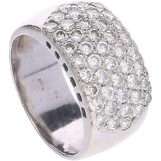 14 kt - White gold band ring set with 44 brilliant cut diamonds of in total approx. 1.32 ct in a pave setting - Ring size: 17.5 mm