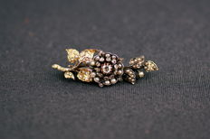 Antique floral brooch, decorated with diamonds and fine pearls - 19th century