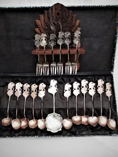 Collection; Djoka silver ladle, forks (6x) and copper spoons (11x) below legal alloy - Indonesia - mid 20th century